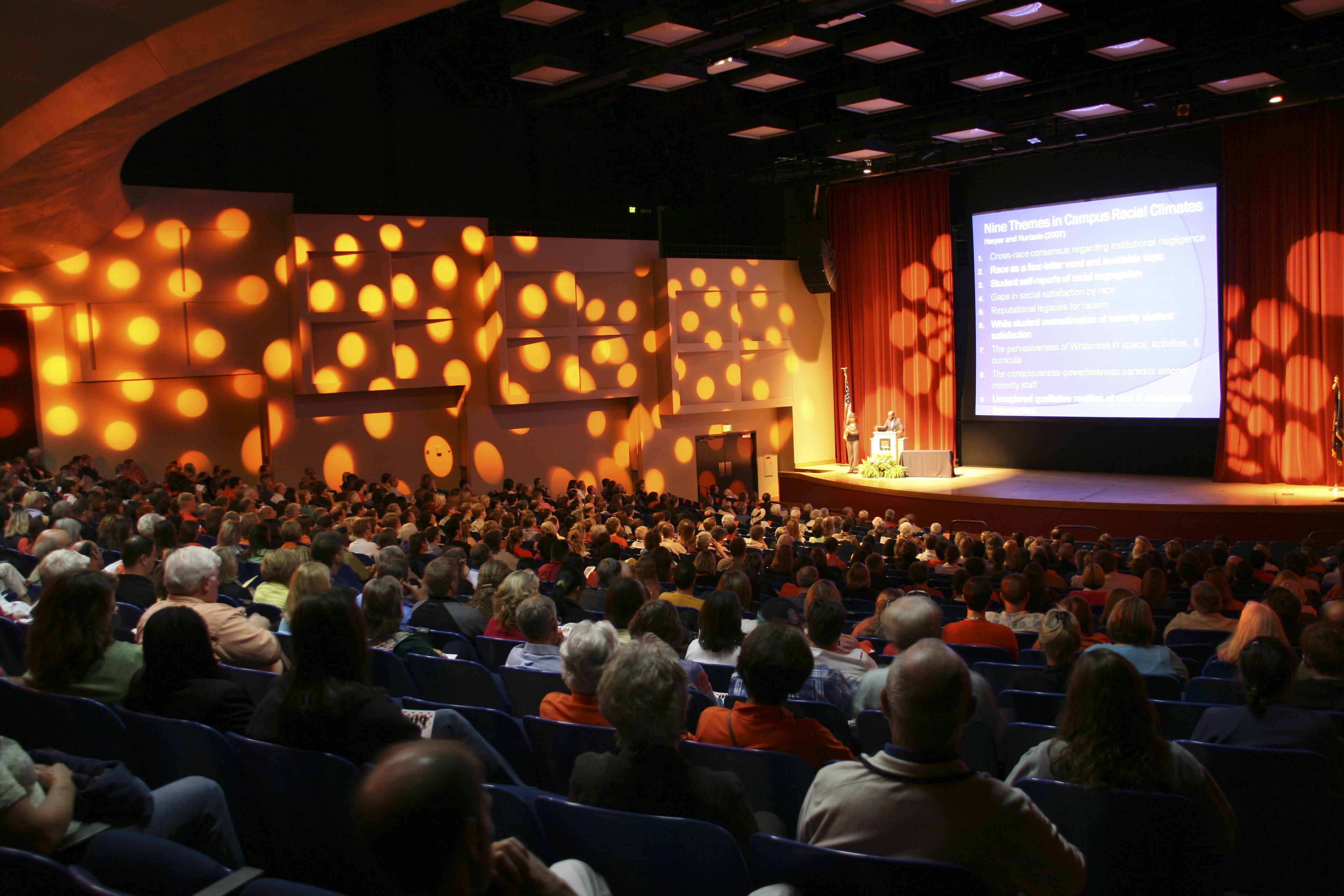 amplificazione e diffusione audio e regie audio per sale convegni, sale concerti, auditorium e simili.